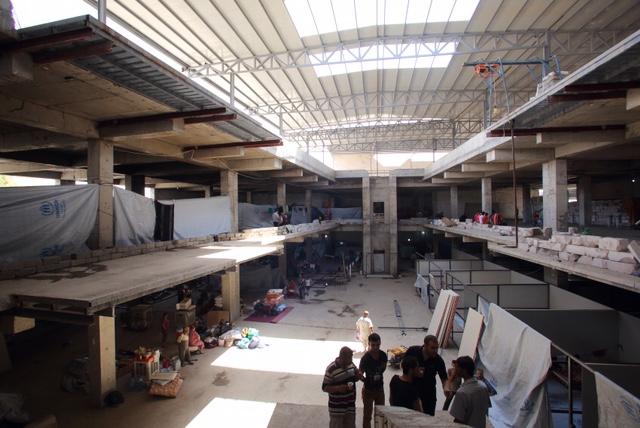 建設途中のビルで避難生活をする国内避難民(アルビル)