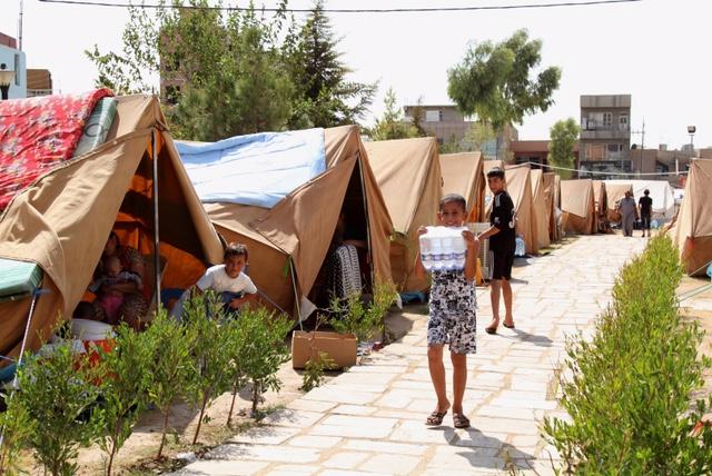 教会の敷地でテント暮らしをする国内避難民。(アルビル) 安部政権が目指す難民支援も現地に日本人が行かなければどんな支援が必要なのかさえわからない。