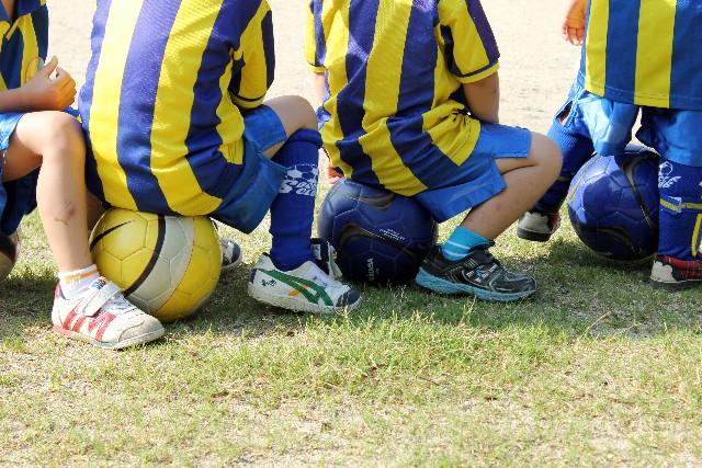 サッカーボールと芝生。