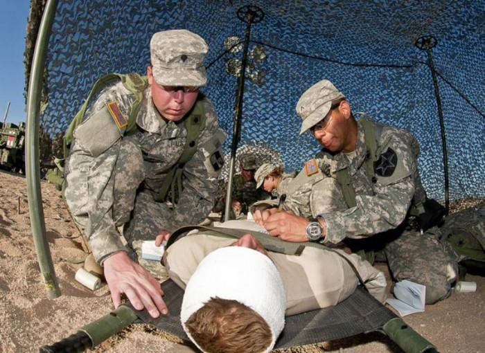 幅の広い包帯やガーゼは止血に必要だ提供:米陸軍7393521002_db5434125e_z