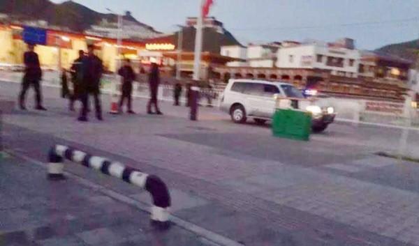 7月9日、チベットのキェグドで、チベット僧ソナム・トプギャル(26)が焼身自殺した直後に現場に集結する武装警察 © 2015 International Campaign for Tibet http://www.savetibet.org/ より