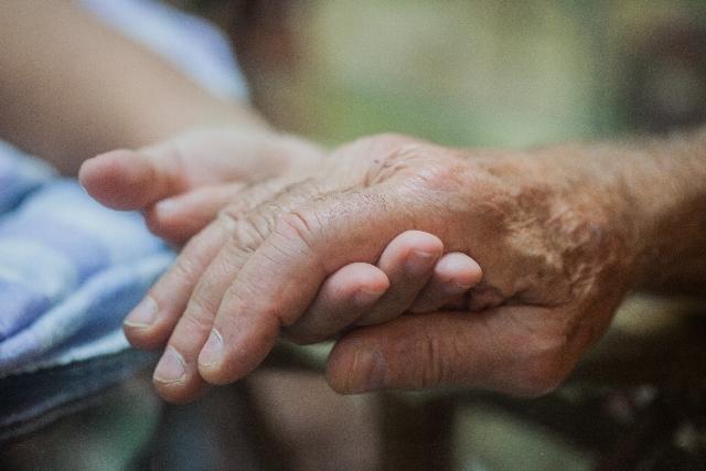 重なり合うお年寄りの手