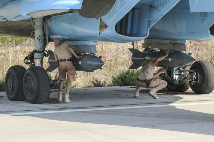 Fixing_KAB-500S_guided_bombs_to_a_Sukhoi_Su-34_at_Latakia_(1)