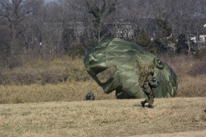 160510kiyotani空挺部隊は落下傘降下中途直後が一番脆弱だ。