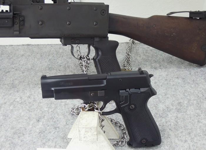 160510kiyotani自衛隊の9ミリ拳銃