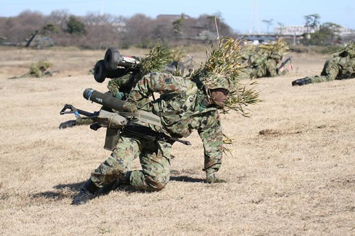 160510kiyotani陸自空挺隊員がもつ89式小銃