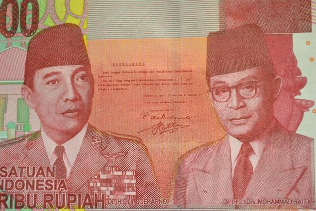 スカルノ初代大統領(左)とハッタ初代副大統領、その間に独立宣言文が印刷された10万ルピ (2)