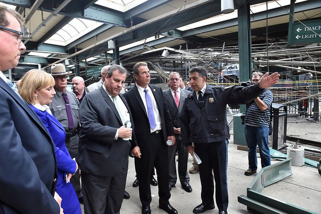 会見したNYクオモ州知事とNJクリスティー州知事
