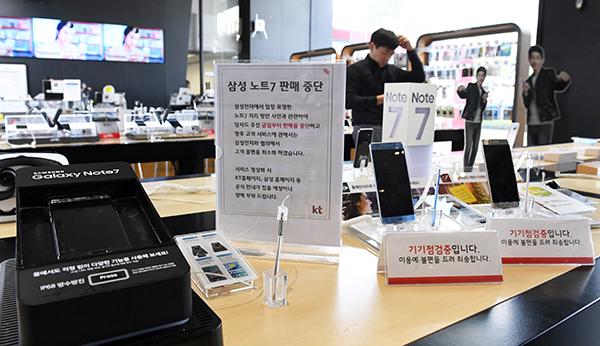 삼성전자가 11일 갤럭시노트7 판매를 중단했다. 연이어 발생한 발화사고로 소비자들의 우려가 커지고 있는 가운데 내려진 조치다. 한편, SK텔레콤·KT·LG유플러스 등 국내 이동통신3사는 갤럭시노트7 판매를 중단하고 고객들에게 개별 공지한다고 밝혔다. 이날 서울 세종로 KT스퀘어에 갤럭시노트7 판매중단 안내판이 설치돼 있다./권욱기자