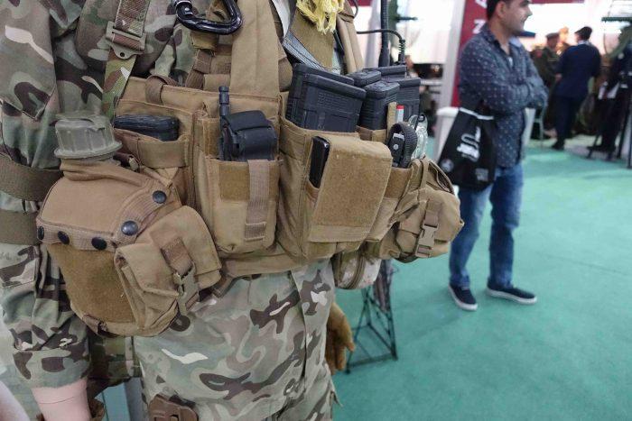 ヨルダン軍特殊部隊は、すぐに止血帯をすぐにしようできるように、1本はチェストリグに装備している(水筒の右横)。