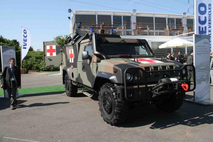イタリアイベコ社の小型装甲車LMVの野戦救急車型