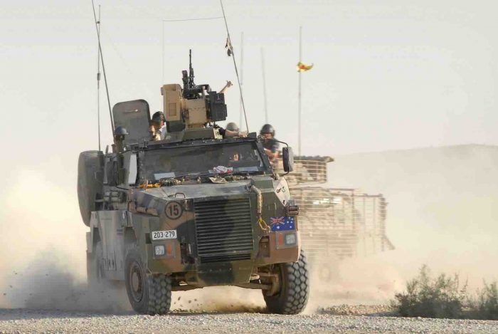 陸自も邦人輸送用に採用したオーストラリア軍のブッシュマスター。自衛隊用と異りRWSを装備している。