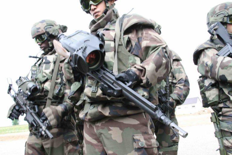 フランス陸軍の先進歩兵システム、フェラン。火器には暗視装置やビデオカメラが装備され、ネットワーク化されている。