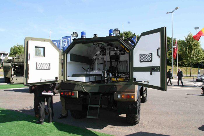 イタリアイベコ社の小型装甲車LMVの野戦救急車型。