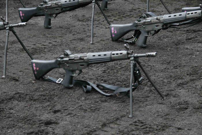 陸自の89式小銃。レールマウントの装着などの近代化もほどこされいないが、値段は1丁40万円と他国のライフルの5〜10倍ほどの値段。