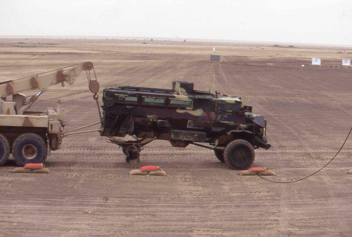 蝕雷したキャスパー。耐地雷装甲車でも触雷すれば無事では済まない。