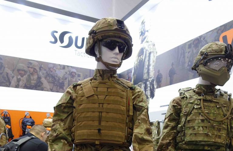 ②英陸軍が採用した個人装備セット。左は防護用のサングラスを装備し、右はフルフェースのヘルメットを装備している。