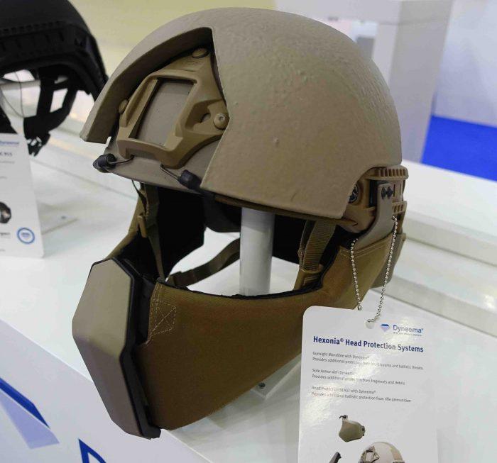 ⑥防弾繊維メーカー、ダイニーマ社が展示するヘルメットとフェイスガード