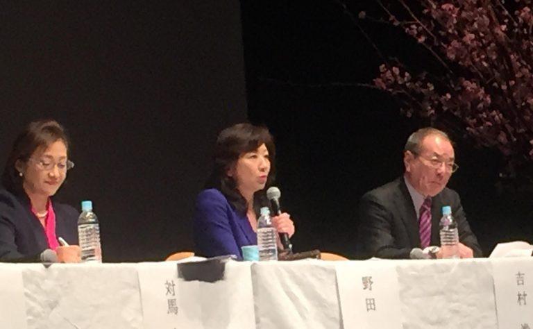シンポジウムパネリストが、次々と熱い意見を語った。写真左から対馬ルリ子氏、野田聖子氏、吉村泰典氏