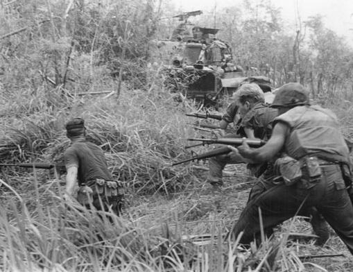 写真)ベトナム戦争のアメリカ海兵隊員 (1968年5月8日)
